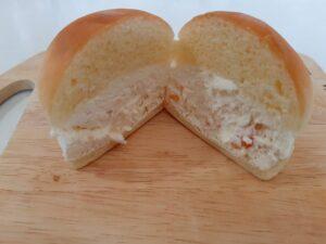 ヤマザキのマリトッツォオレンジピールを半分に切った画像