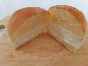 ヤマザキのマリトッツォチーズクリームを半分に切った画像